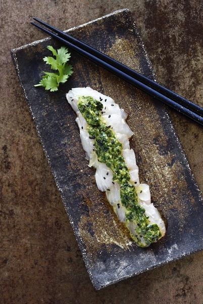 sashimi de poisson au condiment d'herbes